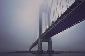 霧がかった巨大な橋