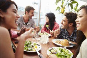 多国籍な若者たちの食卓